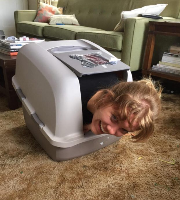 A amazon reviewer was trying to show how roomy this litter box is...