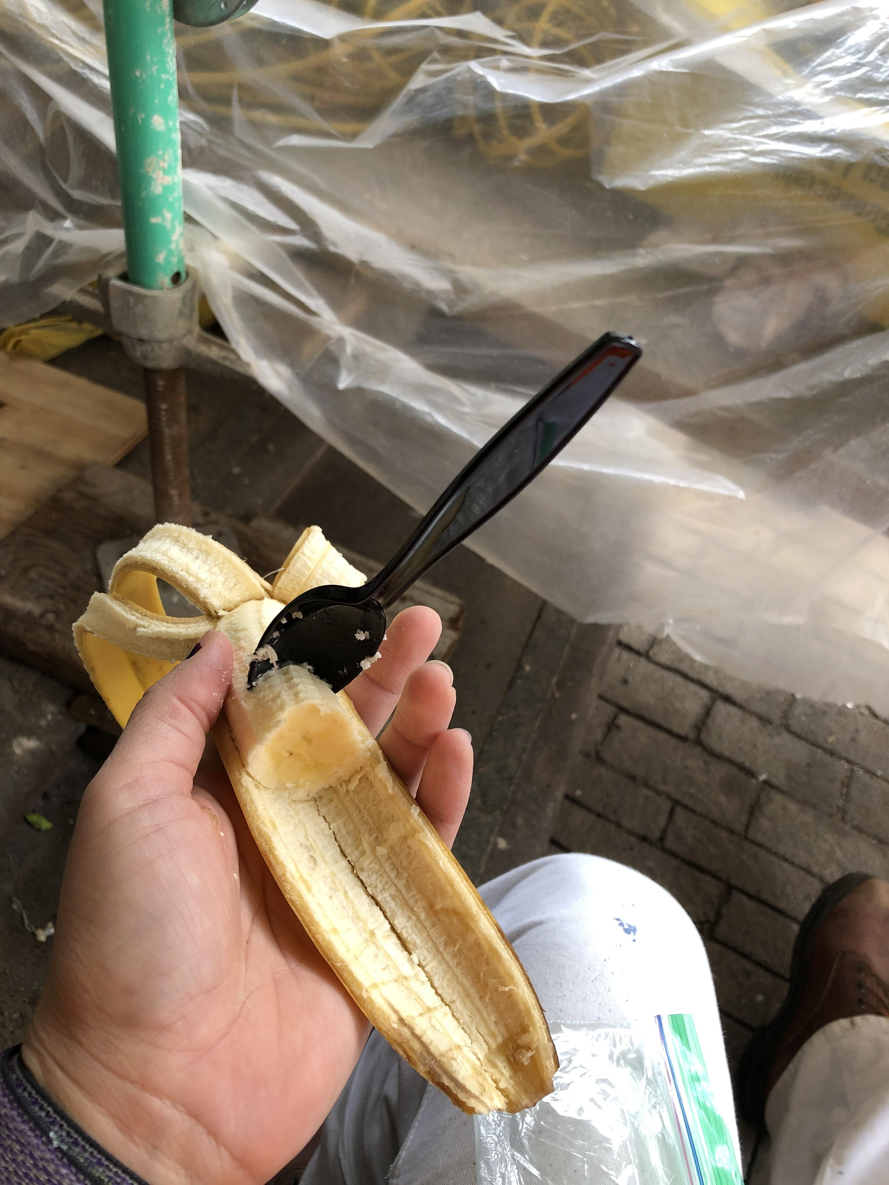 I'm a woman in construction, this is how I choose to eat bananas