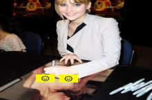 JL signing autographs
