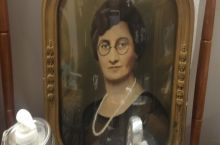 Found Daniel Radcliffe as a woman in an old timey photo. Bonus: Harry Potter glasses!